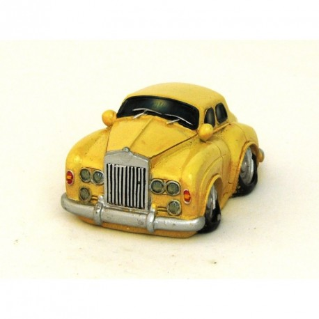 Voiture miniature avec un petit air de Rolls Royce beige