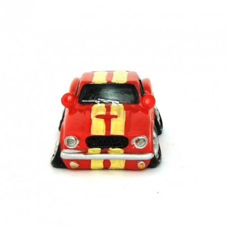 Auto miniature décorative avec un petit air de Mustang rouge